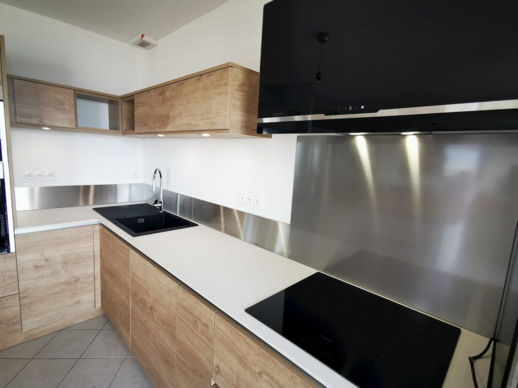 cuisine bois plan de travail céramique blanc